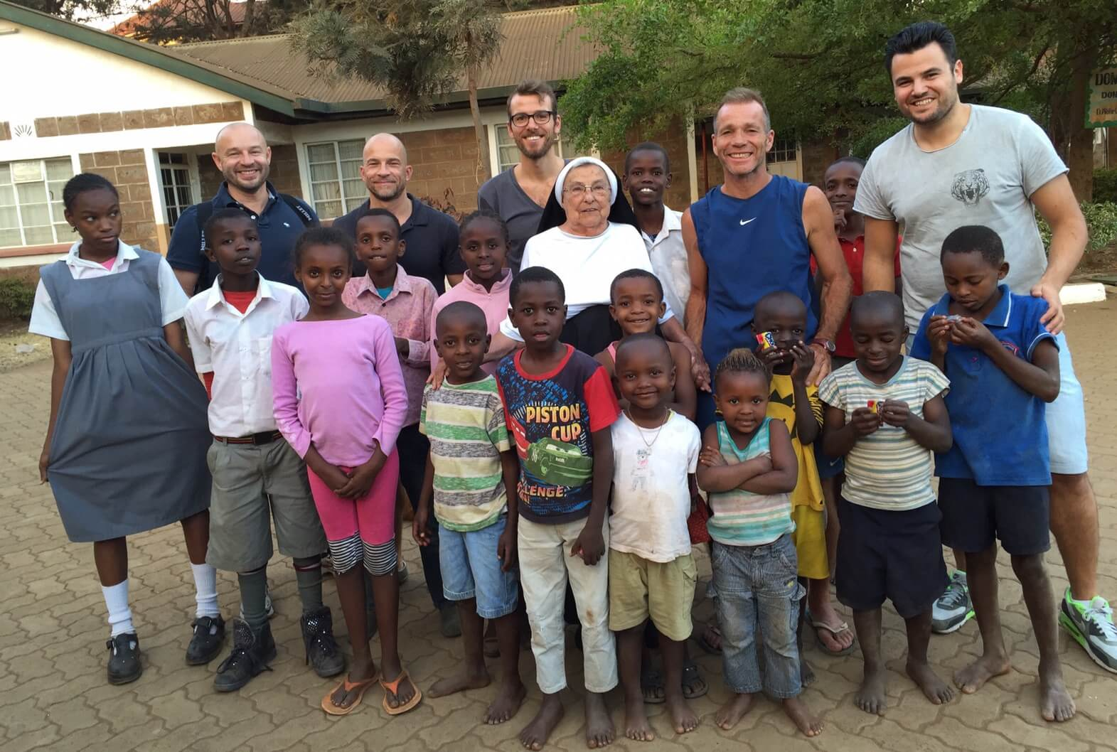 the latest edc35 e0ba8 Fussball-Trikots für Kinder in Afrika - bunte toene ...